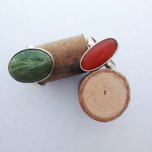 Links: zilveren ring met een groene, cabochon-geslepen opaal. Rechts: zilveren ring met een roodbruine carneool.