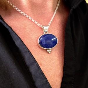 Zilveren dwars ovale hanger met een lapis lazuli-steen